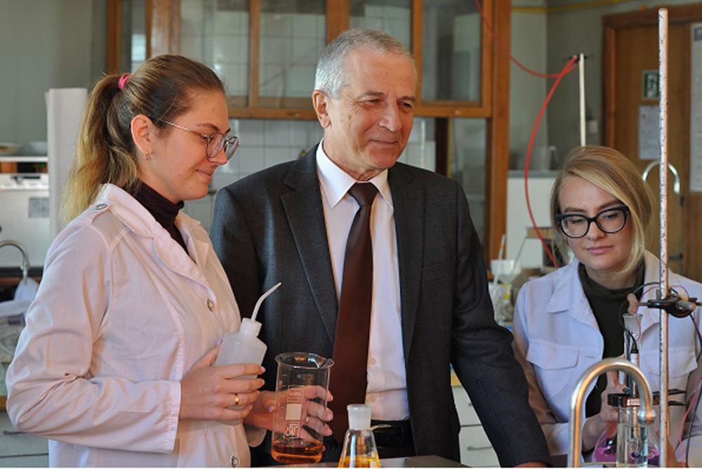 Проф.Б.Ю.Корнілович з магістрантками А.Бондаревою і О.Хоруженко у лабораторії