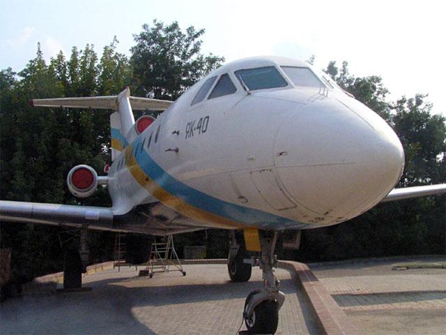 2012.08.30 Біля ДПМ НТУУ «КПІ» встановлено літак Як-40