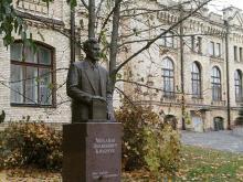 Кампус. Пам'ятник Михайлу Кравчуку