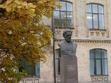Кампус. Пам'ятник Віктору Кирпичову