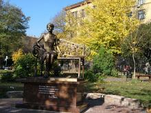 Кампус. Пам'ятник Олені Телізі